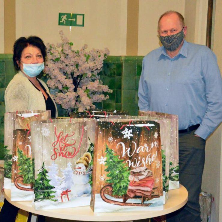 Petra Winkler und Jens Rühling bei der Vorbereitung der 88 Geschenktüten